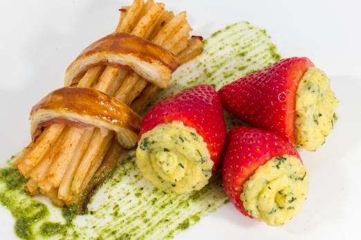 Gefüllte Erdbeeren mit GranaPadano-Basilikum-Polenta⎜Panierte Erdbeerkugeln ⎜Scharfer Rettich umwickelt mit Prosciutto di San Daniele und Blätterteig⎜ Minze-Kürbiskern-Pesto